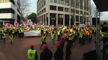 Streikende bei ihrer Ankunft auf der Kundgebung.